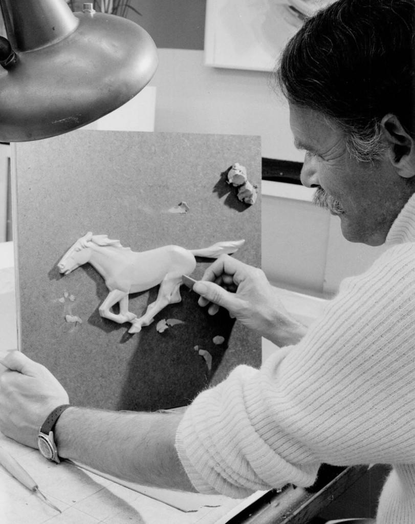 4_charles_keresztes sculpts_mustang_ii_logo_(ar-97-213543)